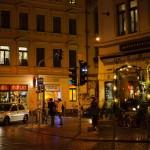 Man sieht das Assieck bei Nacht in der Dresdner Neustadt. Menschen stehen an der Ecke.