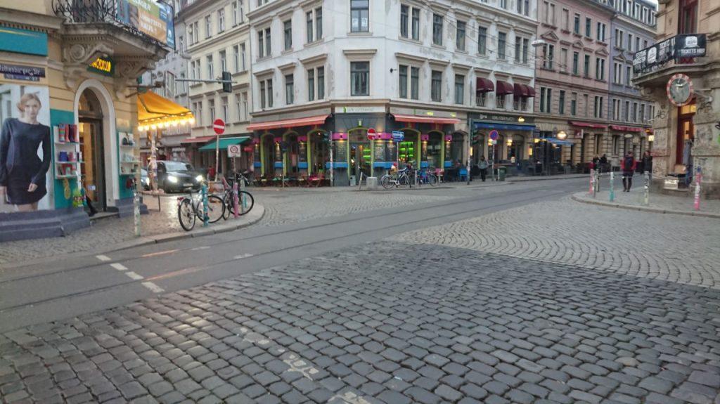 Auf dem Foto sieht man die Ecke Louisenstraße / Rothenburger Straße in der Dresdner Neustadt. Die Ecke wird auch Krawalle, Assi-Eck oder soziale Ecke gennannt..