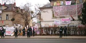 Auf dem Bild sieht man Polizei vor den besetzen Häusern auf der Königsbrücker.